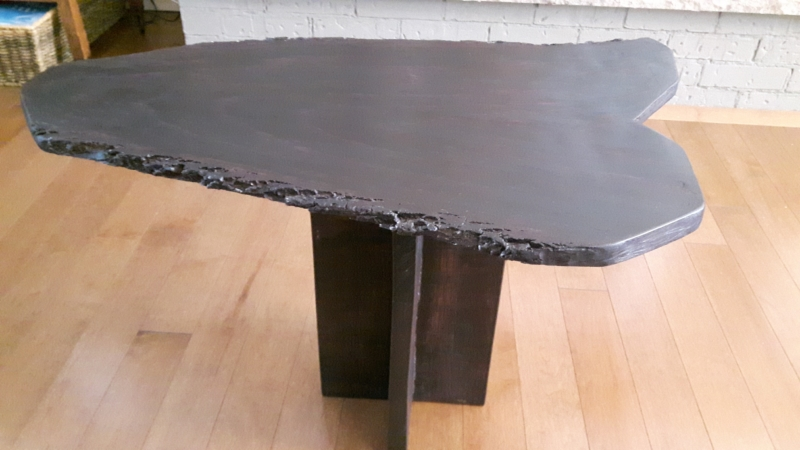 Table unique faite à la main à partir d'un tronc de frêne. Idéale pour le salon.Dimensions: 27 '' de long x 18 '' de large x 18 '' de haut.